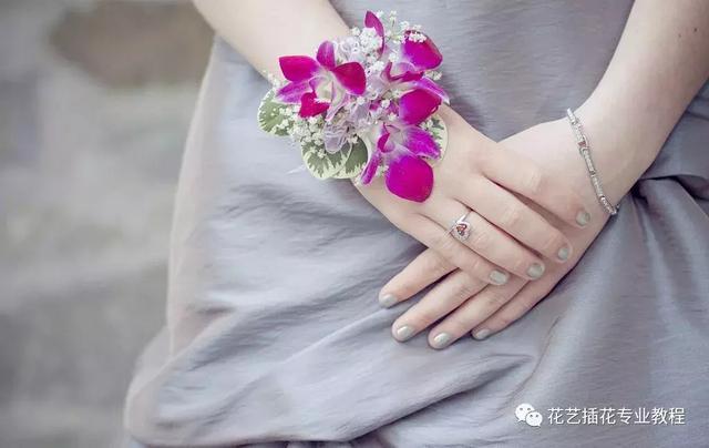 简单的新娘手腕花制作方法