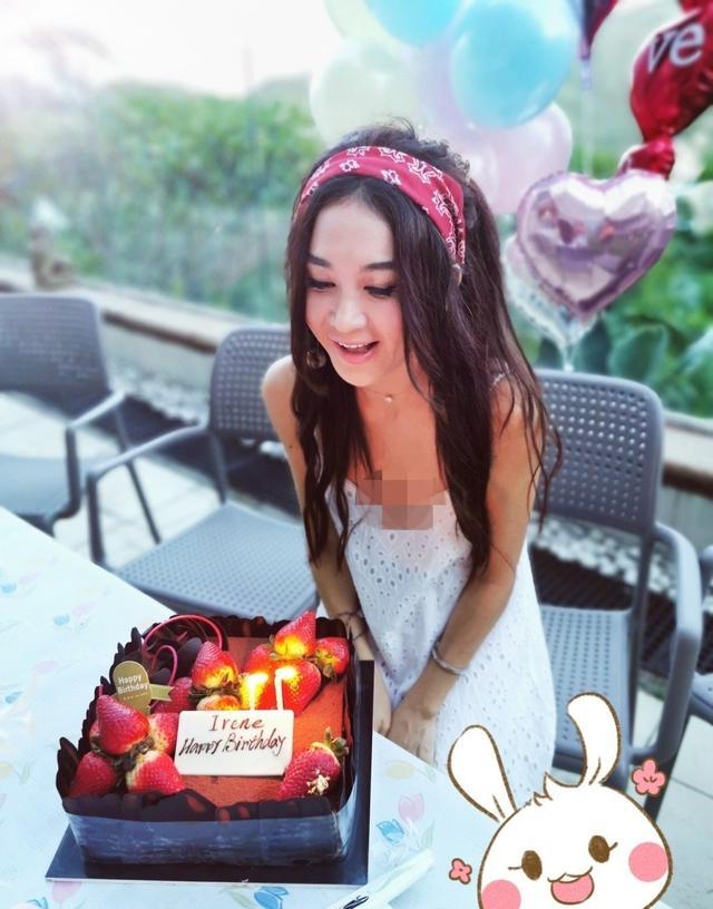 54岁温碧霞庆祝生日,皮肤白皙似邻家少女,与丈夫养子合照显温馨