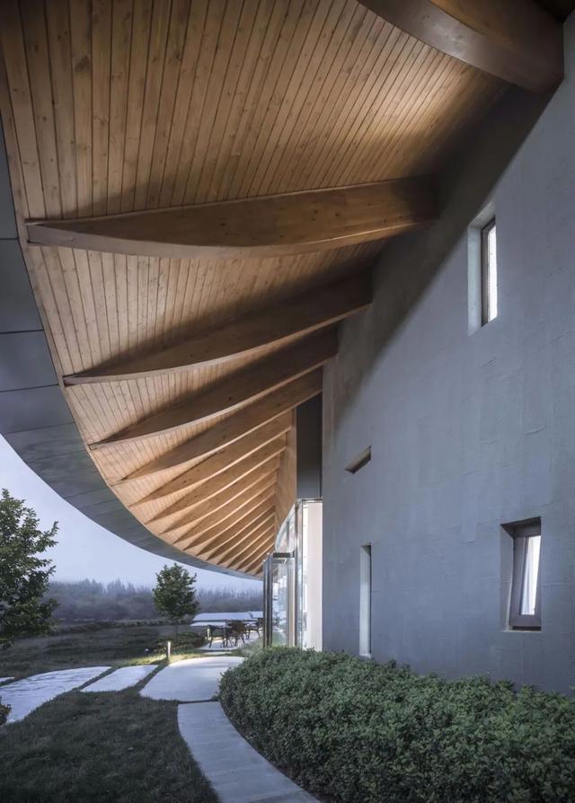 """""""水滴""""屋顶,实现34.0mx14.5m的室内无柱空间+3.7m的室外悬挑"""