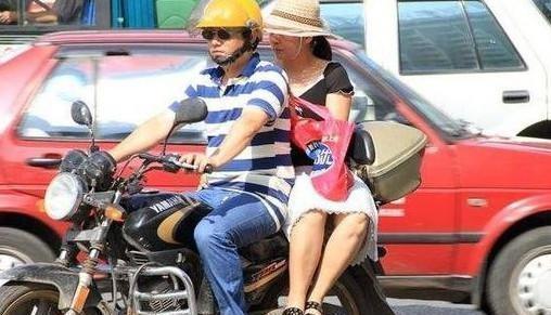女孩子搭摩托为啥喜欢侧身坐?知情人说出苦衷,只有女生懂