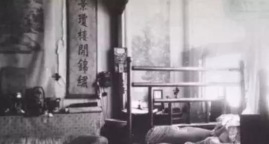 溥仪被赶出皇宫的全程:图1溥仪跑至屋顶,图3乱成狗窝的龙床