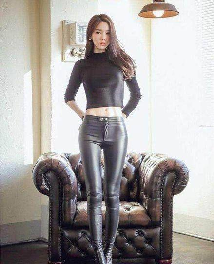 春季非常适合穿皮裤,美女穿紧身皮裤搭配高跟鞋,展现微胖美