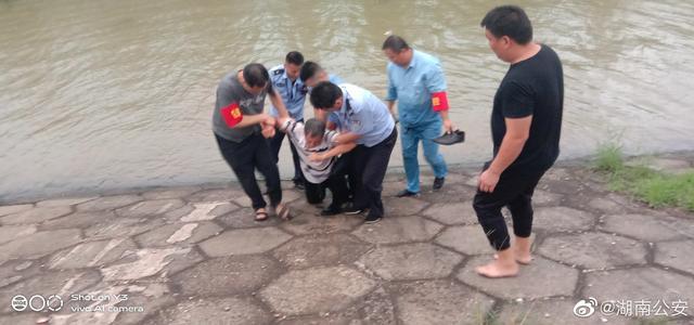 后怕!岳阳一辅警奋不顾身跳江,洪水中救起欲轻生老人,警服都被撕破