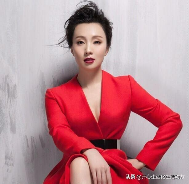 比起徐帆对冯小刚的无奈,陶虹的开放式婚姻,却让徐峥忠心17年