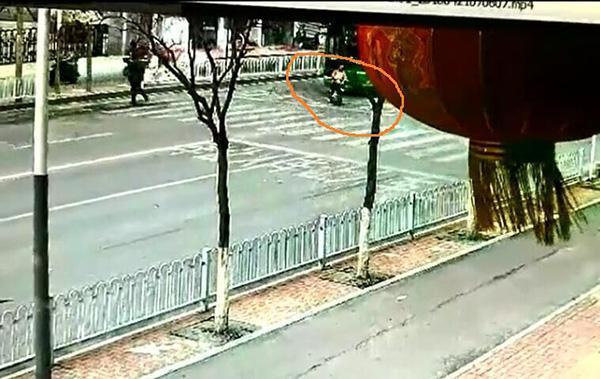 车主撞伤公交前横过马路女生被定同责,主办交警认为定责有误