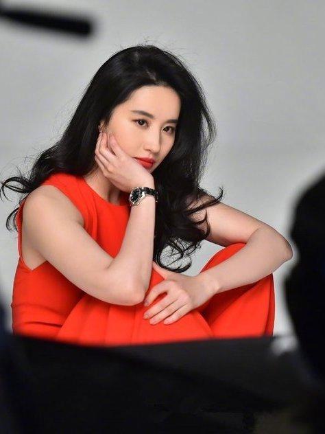 32岁刘亦菲和25岁吴宣仪,同为红裙造型,演员和爱豆的区别!