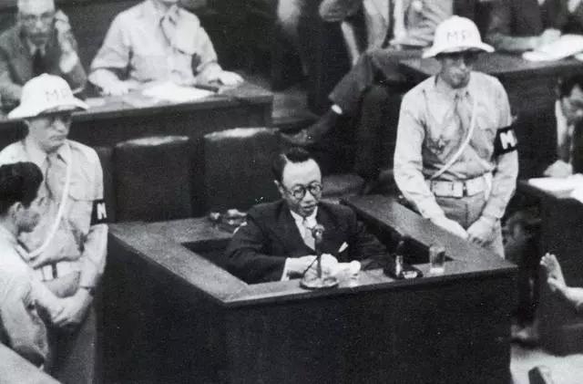 """溥仪最""""男人""""的8天,将审判席坐出龙椅的感觉,日本天皇对骂"""