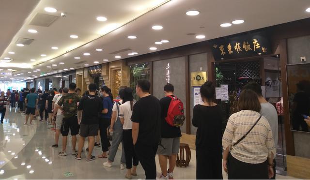 老字号东来顺卖68元/位自助火锅,顾客排队近100米……