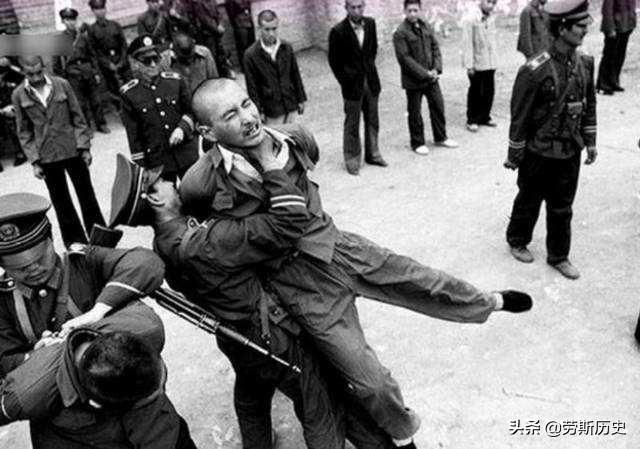 1983年严打老照片,极力反抗被制伏的罪犯