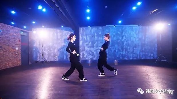 好魔性的舞蹈,两位女团爱豆手部动作非常精细