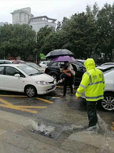 暴雨困住高考試卷押運車、考生眼看要遲到,別慌!有警察蜀黍在