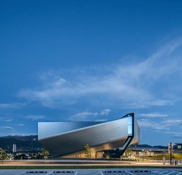 4个体块围合成博物馆,墙和顶做屏幕,沉浸式的中庭太赞