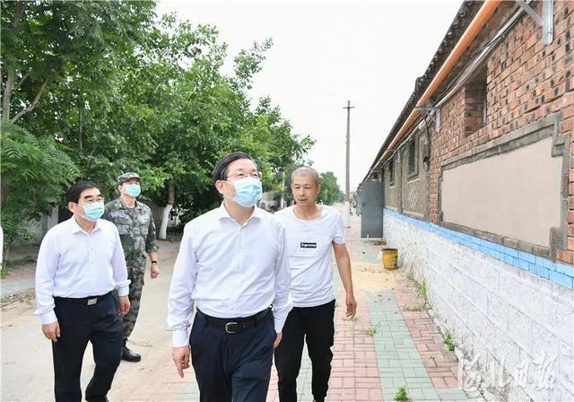 地震后,省委书记第一时间来到震中现场