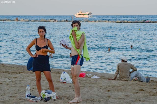 """西班牙有处""""售卖阳光""""的海滩,海滨风情激情四射,每天游客云集"""