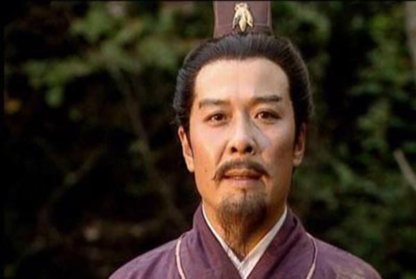 三国164:刘备投奔曹操,哪位谋士劝曹操收留刘备?理由是什么?