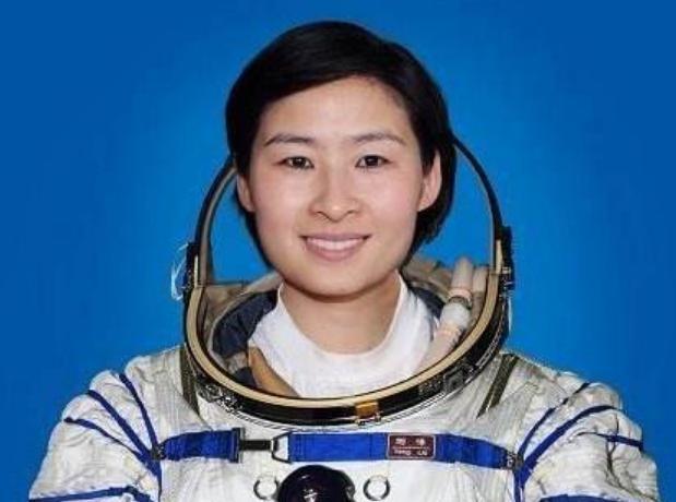 中国第一位女航天员,落地后很久没有消息,如今过得怎么样?