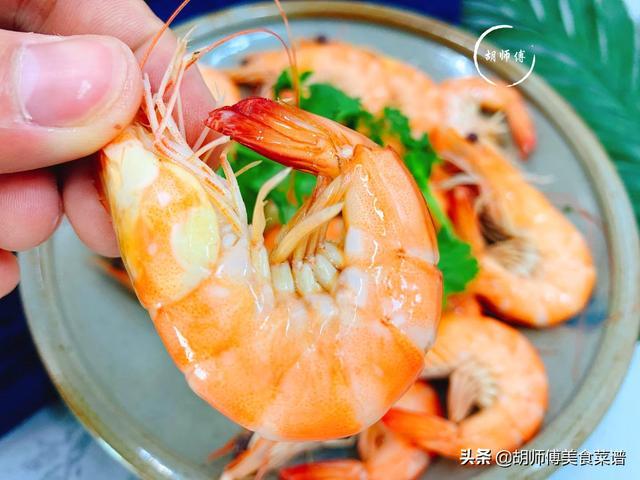 煮蝦時,有人用冷水,有人用熱水!大廚教您正確做法,蝦又鮮又嫩