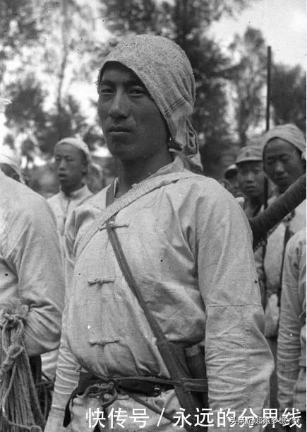 民兵抓到一个日军翻译,缴获4把步枪,群众拍手称快
