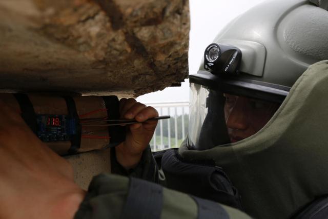 穿越废墟和地下管道 武警官兵展开抢险救援演练