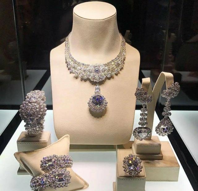 戴着5亿两千万的珠宝,拍出一套时尚鬼片?白白浪费章子怡的颜值