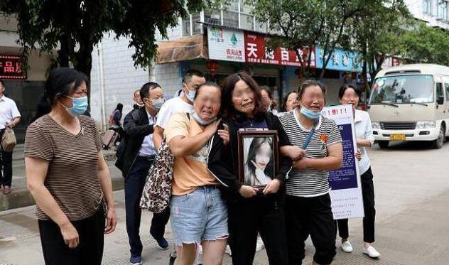 南京失联女大学生被害,家属抱着遗像哭倒在地:已被告知凶手动机