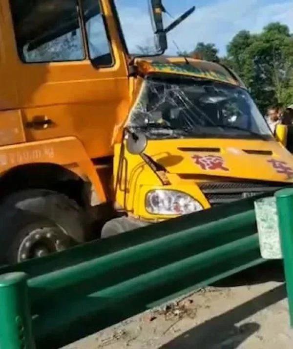 陕西幼儿园校车与货车相撞,1名儿童重伤不治死亡,现场哭声激烈