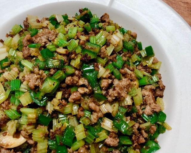 家常味的芹菜炒碎牛肉,既可下饭,又可做为面绍子下面