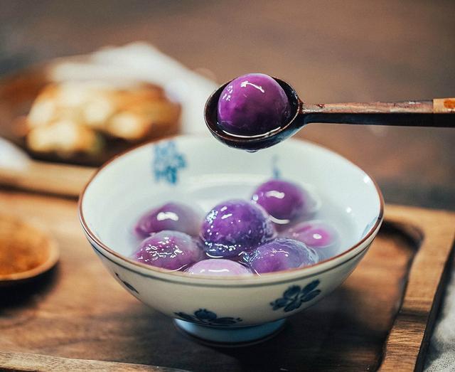 水晶紫薯汤圆,下锅前平平无奇,煮完后加一些桂花糖浆,晶莹剔透