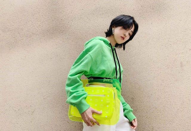 有着超模般凤丹眼的Yamy,她的春日穿搭很闪耀,荧光色撞出时尚感