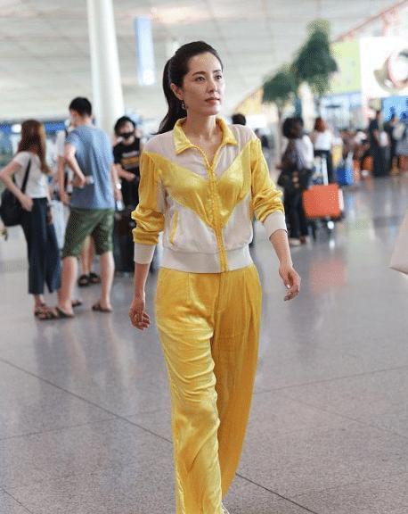曾黎的气质太好了,黄色简直就是为她打造,运动服都能穿出优雅