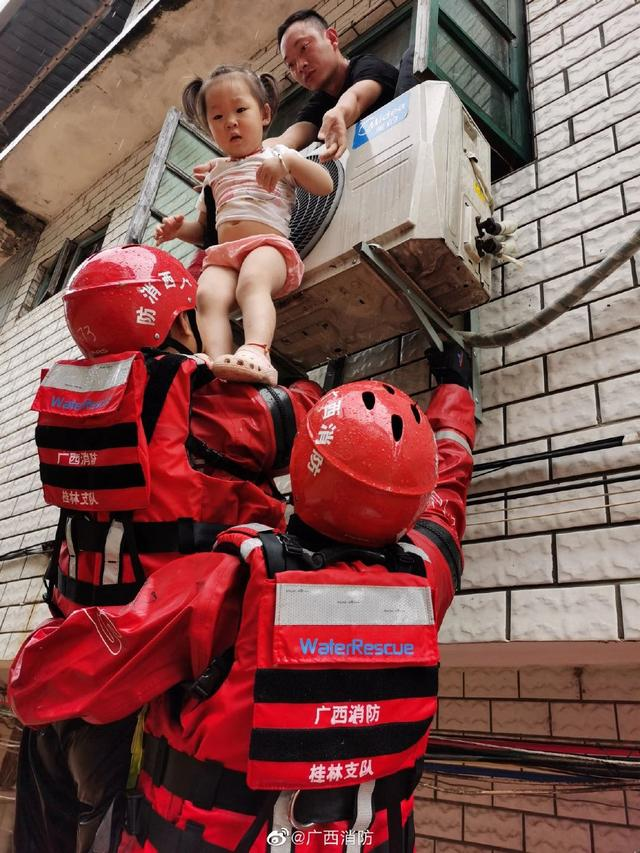 在人民群众最需要的时候冲锋在前——国家综合性消防救援队伍践行训词精神在防汛救灾一线挑重担打硬仗