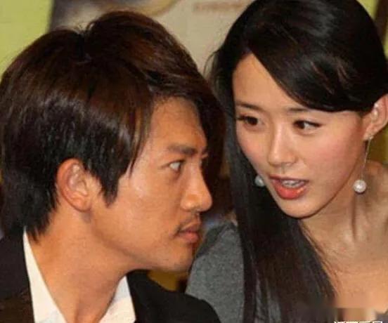 现在47岁的苏有朋终于将自己的妻子曝光了,原来他的妻子是她
