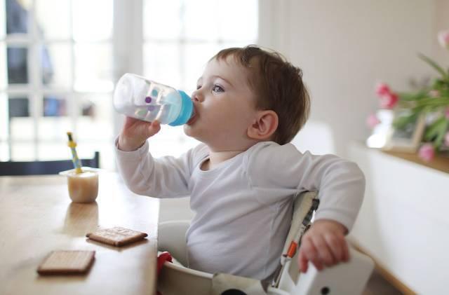 """宝宝身体出现几个信号时,说明""""缺水严重"""",可要避开几个时间段"""