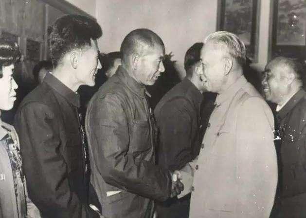 刘少奇当选主席那天没有一点笑容
