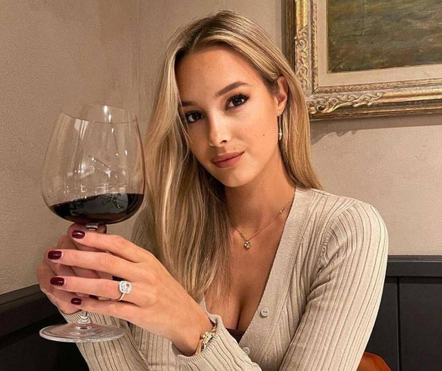 妖精啊!前鲁能锋霸未婚妻穿深V酥胸半露品红酒,笑容妩媚性感