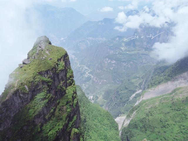 """实拍云南昭通""""鸡公山"""",三面绝壁,峡谷深达2600米,游客却不多"""