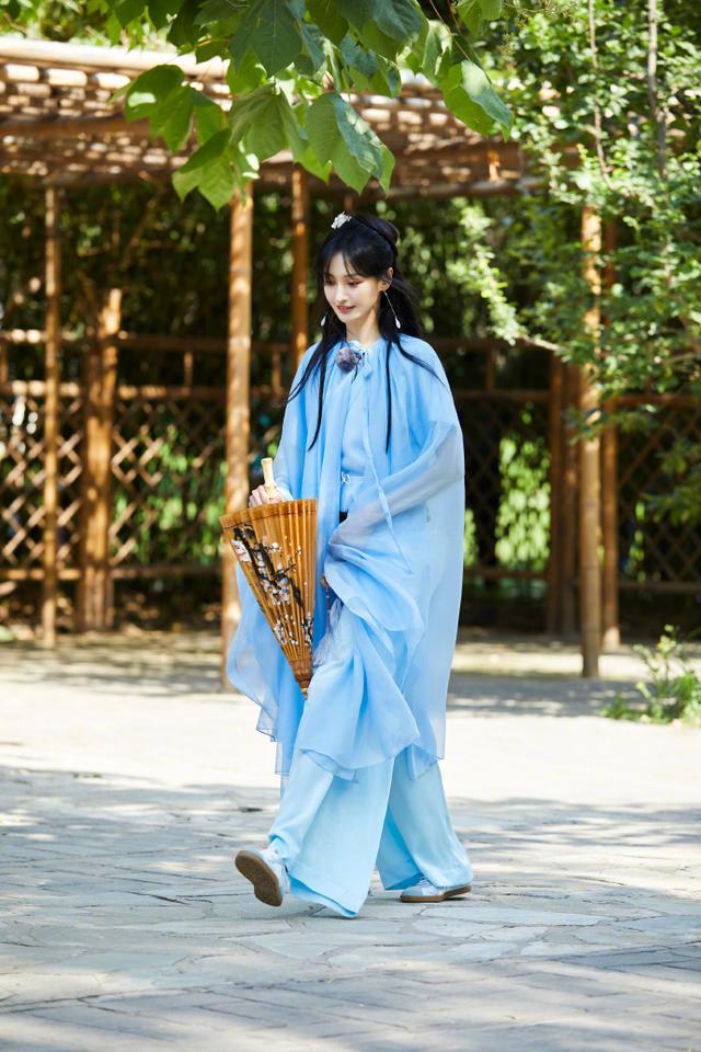 名门泽佳:郑爽甜美笑容美上热搜 ,一袭蓝色古装出镜效果古典优雅