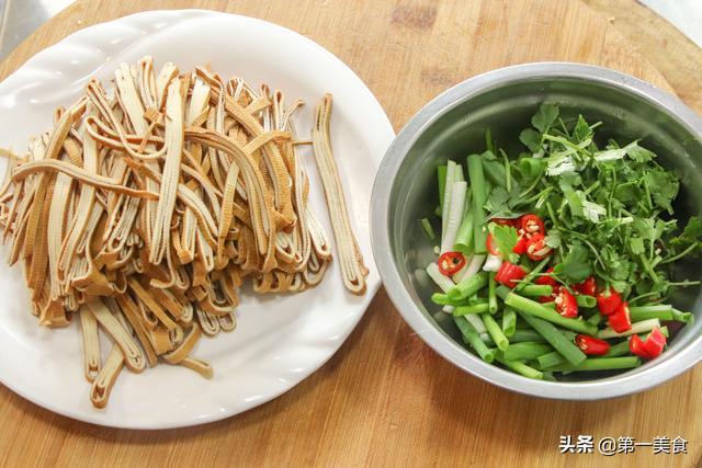 香葱拌豆腐丝,简单又美味,夏季餐桌必备的凉拌菜