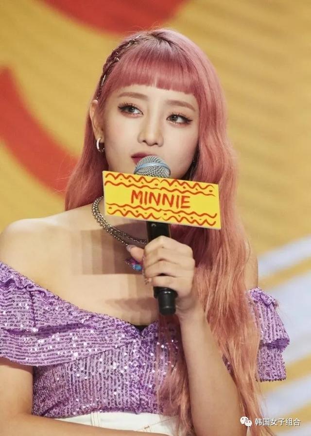 这次的风格也超级适合的女团爱豆,为了概念染了粉色头发