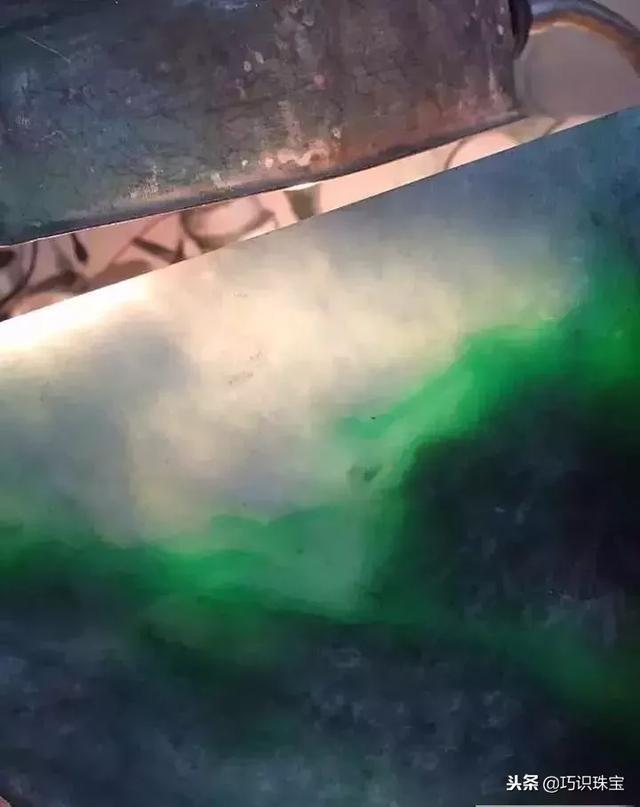 缅甸切石现场:百元入手的莫西沙翡翠赌石,切出糯冰飘花,惊...