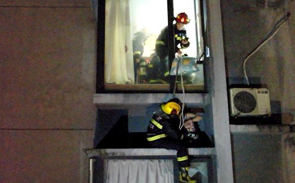 家中突发大火 母子竟从20楼外墙爬到这里逃生 消防员:做对了