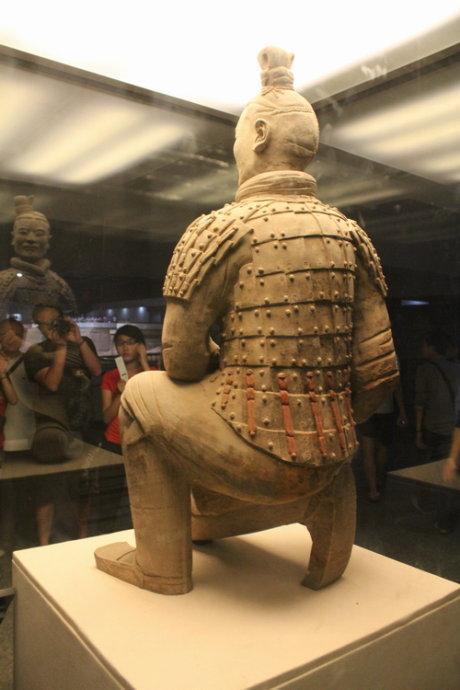 中国秦兵马俑惊现两千年前光亮如新的宝剑
