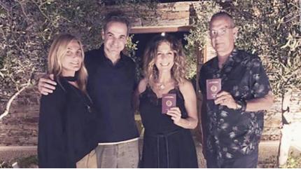 美国影星汤姆·汉克斯和妻子 手持新护照留影 正式成为希腊公民