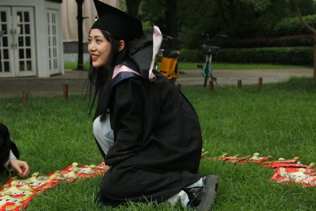 长沙女孩毕业季用辣条表白暗恋男生遭拒,结果甜翻闺蜜