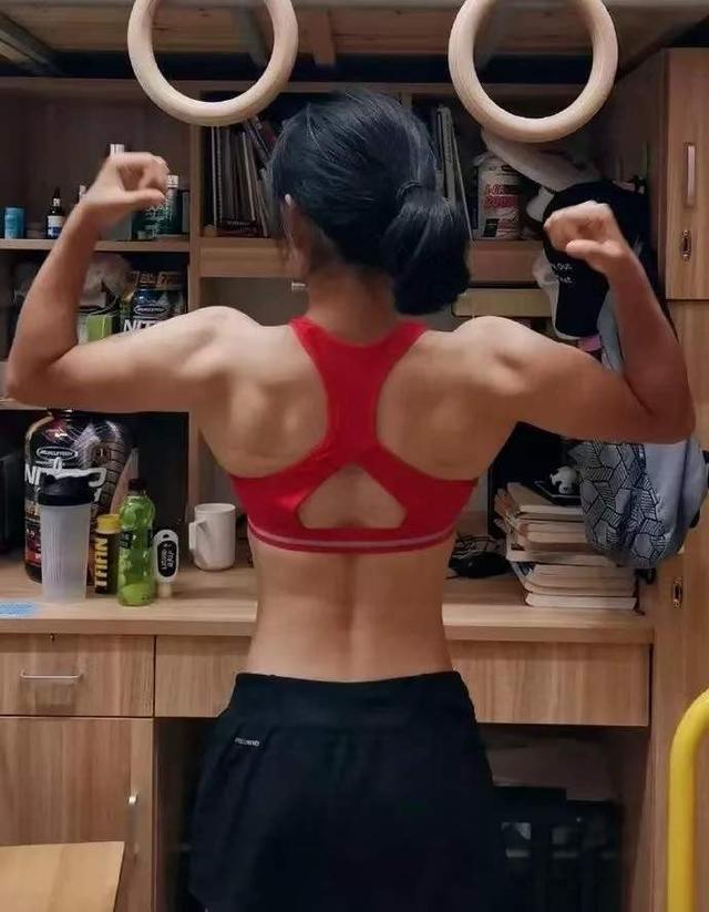 健身女腹肌图片