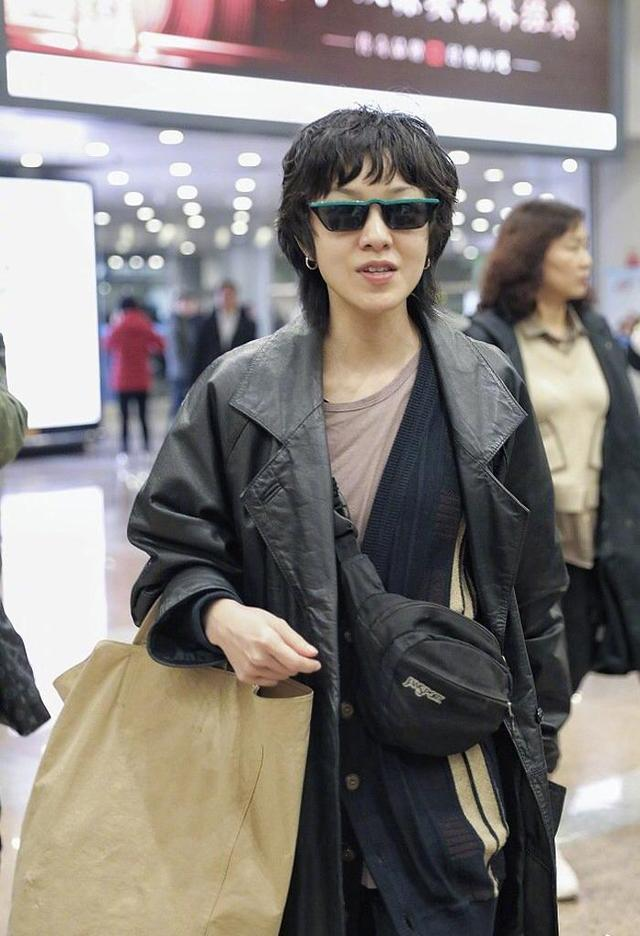 """这真的是郭采洁吗?穿皮衣烫""""奶奶发型""""走机场,造型全靠气质撑"""