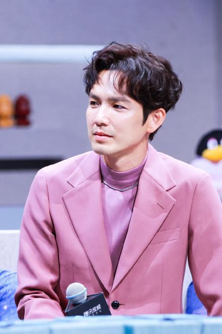 钟汉良亮相发布会红毯,一身肉粉色西装清秀英俊,状态不错