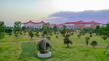 漳州:大型蚂蚁雕塑吸引市民前来观赏