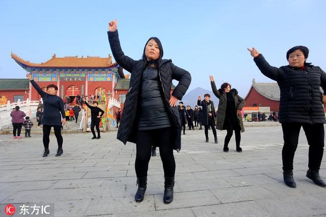 老人跳广场舞图片
