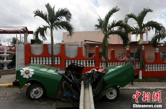 80年来最强龙卷风袭击古巴首都 老爷车拦腰折断